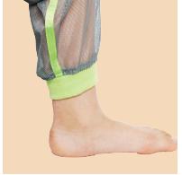 裾のリブが足首にフィット。足元からの虫の侵入を防ぎます